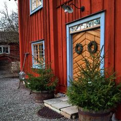 Liking the colour combination. Red Houses, Country House Design, Swedish House, Farms Living, Cabins In The Woods, Swedish Interiors, Exterior Paint, Christmas Inspiration, Beautiful Homes