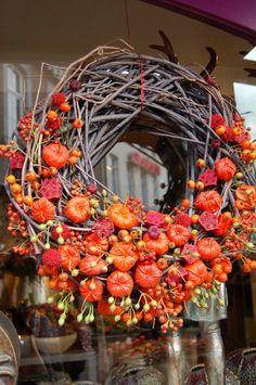 Herfstkrans Noel Christmas, Christmas Wreaths, Christmas Decorations, Pumpkin Arrangements, Flower Arrangements, Seasonal Decor, Fall Decor, Hanger Crafts, Autumn Wreaths