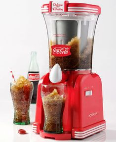 Do you remember drinking ice-cold Coca-Cola slush drinks on a hot summer afternoon? You can relive those great memories with this Coca-Cola Drink Slush Maker Cool Kitchen Gadgets, Cool Gadgets, Cool Kitchens, Machine Slush, Smoothie Machine, Slush Maker, Snow Cone Machine, Frozen Drinks, Cooking Gadgets