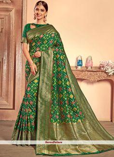 Online shopping for designer saree.Shop this patola silk green traditional designer saree. Fancy Sarees, Party Wear Sarees, Silk Saree Kanchipuram, Modern Saree, Wedding Silk Saree, Designer Silk Sarees, Saree Trends, Kurta Designs Women, Traditional Sarees