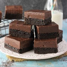 These Nutella Fudge Brownies are decadent little bars with a dense brownie on the bottom, Nutella fudge in the middle and chocolate on top. You can't go wrong with this chocolatey confection! Fudgy Brownie Recipe, Nutella Fudge, Brownie Toppings, Nutella Recipes, Brownie Recipes, Dessert Recipes, Homemade Brownies, Best Brownies, Fudge Brownies