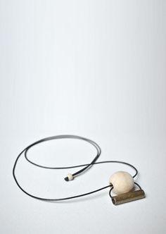 GUNTA. Uma composição simples e refinada, o fecho móvel permite que o comprimento seja regulado livremente.     Este colar faz parte da coleção Mulheres na Bauhaus e seu nome é uma homenagem à Gunta Stölzl.