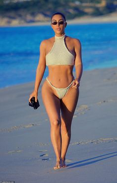 NSFW: Kim Kardashian's Cabo Beach Day Includes a Thong Bikini and a Whole Lot of Sexy Kim Kardashian Bikini, Kim Kardashian Cabelo, Looks Kim Kardashian, Kardashian Style, Kardashian Jenner, Kourtney Kardashian Body, Sexy Bikini, Bikini Dos Nu, Bikini Girls