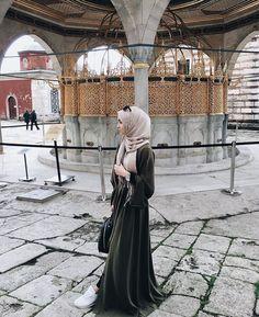 Beautiful green abaya. Looks lovely, perhaps velvet ♡ #hijab #abaya Hijab Fashion