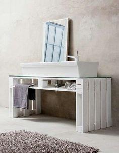 reforma baño con lavabo de diseño sobre mueble encimera de palet, paredes y suelo de microcemento. presupuestON.com