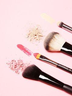 Du hast tausend lose Schminkpinsel, aber keine Ahnung wofür man die benutzt? Unser Make-up-Pinsel-Guide klärt auf.
