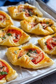 Finger Food Appetizers, Yummy Appetizers, Appetizers For Party, Appetizer Recipes, Puff Pastry Appetizers, Tomato Appetizers, Halloween Appetizers, Halloween Party, Christmas Appetizers