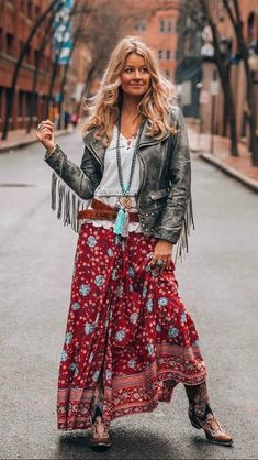 60 Design Ideas for Boho Style Clothing: Bohemian style is all about comfort and layering. Soft, comfortable clothes usually lose flowy dresses such as long maxis with loose fitting is the wonderful example of boho style clothing. Bohemian Style, Hippie Boho, Boho Chic, Bohemian Fashion, Bohemian Clothing, Boho Outfits, Fall Outfits, Fashion Outfits, Dress Fashion