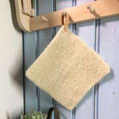 Neulottu ja huovutettu patalappua, jossa on nahkalenkki. Burlap, Reusable Tote Bags, Knitting, Diy, Threading, Projects, Hessian Fabric, Tricot, Bricolage