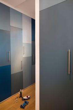 Dans le couloir des placards tout du long, aucun désordre à l'horizon - Rangements déco pour l'entrée et le couloir - CôtéMaison.fr