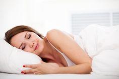 Mulher dormindo com um travesseiro limpo e branco