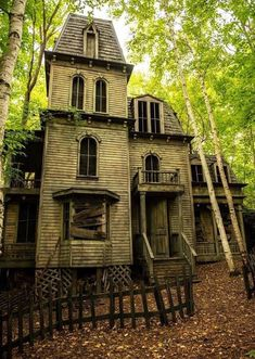 House architecture old abandoned buildings 27 Ideas Old Abandoned Buildings, Abandoned Property, Abandoned Castles, Abandoned Mansions, Old Buildings, Abandoned Places, Creepy Houses, Spooky House, Haunted Houses