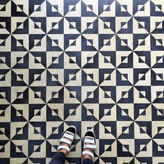 A handpainted tile can give the effect of a checkered look with the right motif in black and white.