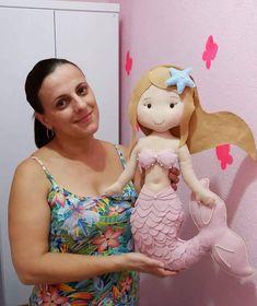 Molde de Sereia Grande 60 cm - Faça Você Mesmo! Mermaid Dolls, Baby Mermaid, Pretty Dolls, Cute Dolls, Toilet Paper Crafts, Sewing Stuffed Animals, Felt Mobile, Felt Quiet Books, Felt Patterns