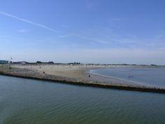 Blick von der Fähre in Richtung Langeoog auf den Strand von Bensersiel.