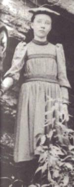 Rose Wilder Lane de niña, durante sus primeros años en Mansfield, Missouri. Rose estaba siempre disconforme y se quejaba de aburrimiento en la escuela. rara vez terminaba un año completo de clases.