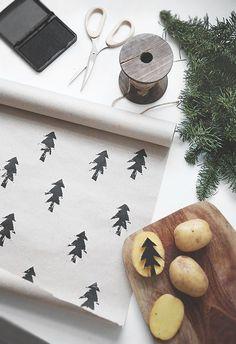 Ett enkelt och billigt knep för att skapa personligt julklappspapper? Gör egna motiv med potatistryck. Ett supersnabbt pyssel som kan varieras i det oändliga. Utgå från ett kraftpapper med obestruken