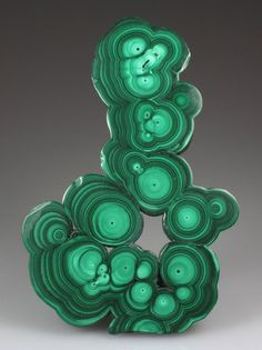 This is known as orbicular malachite. Malachite usually forms as bubbles, but not usually this nicely. Cabbed stones with orbicular patterns are more desirable, but also more costly. Minerals And Gemstones, Rocks And Minerals, Beautiful Rocks, Mineral Stone, Rocks And Gems, Stones And Crystals, Gem Stones, Agates, Science