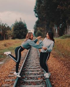 Best Friends Shoot, Best Friends Sister, Cute Friends, Best Friend Goals, Best Photo Poses, Girl Photo Poses, Girl Photography Poses, Cute Friend Pictures, Best Friend Pictures