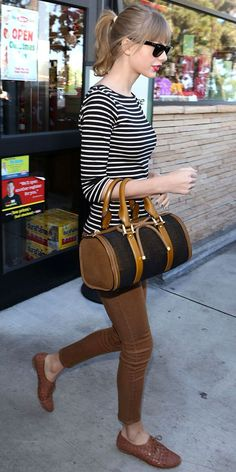 Brown and Stippes: Taylor Swift L. Street style in a striped shirt and skinnies, top-handle bag and woven oxfords. Taylor Swift Casual, Taylor Swift Moda, Estilo Taylor Swift, Taylor Swift Outfits, Taylor Swift 2012, Trendy Fashion, Vintage Fashion, Vintage Style, Fashion Fashion
