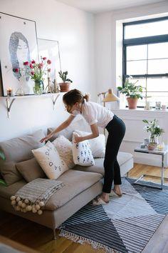 Decor living room | decor sala de estar | pillows | decoração com almofadas | decoração com quadros | plantas na decoração | prateleiras na decoração | decor with plants | shelves