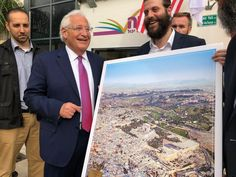 What's missing in this photo of Jerusalem that US Ambassador to Israel David Friedman is looking at? The Dome of the Rock & Al-Aqsa Mosque. Removing the Islamic holy sites is a long-term goal of far-right Israeli Jewish extremists who want to erase Palestinians from Jerusalem.pic.twitter.com/Y0AnKbAm2B