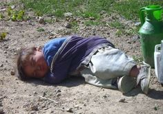 We are those children who go to sleep and dream of peace and happiness,but once we wake up there is only war, hate, and provety. Poor Children, Precious Children, Beautiful Children, Mundo Cruel, Cute Kids Photography, Best Mods, Divine Mother, How Many Kids, World Peace
