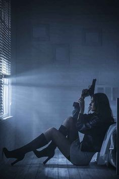When you suggest visiting your parents as a couple for the weekend, your significant other simply puts on a pair of fishnet stockings, sits with her massive gun, and closes her eyes. 27 Signs Your S. Is A Spy Badass Aesthetic, Bad Girl Aesthetic, Aesthetic Dark, Gun Aesthetic, Pose Reference, Dark Art, Character Inspiration, Writing Inspiration, Selfie
