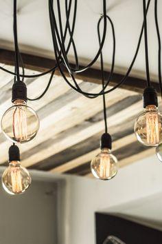 Agora você pode ter a luminária mais famosa do Homens da Casa aí na sua casa. Formada por 6 pontos de luz, essa cascata de lâmpadas dá um efeito incrível em qualquer lugar e você organiza os fios da forma que achar melhor.