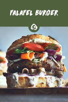 Falafel kommen aus dem nahen Osten. Mit Kichererbsen, 'ner Menge Petersilie, Chili, Zwiebel, Knoblauch, Koriander und weiteren derbe guten Zutaten und Gewürzen haste mit diesen kleinen Schätzen alles, was dein Gaumen begehrt. Um dann damit den ultimativen Veggie Burger zu bauen, braucht es nicht mehr viel: 'nen frischen Joghurt-Dip, knackigen Cole Slaw, ein paar Champignons und als zweite Sauce noch würziger Hummus – denn der passt perfekt zu Falafel!  Veggie Bbq, Falafel Burgers, Beste Burger, Camping Bbq, Tasty, Yummy Food, Summer Bbq, Grilling Recipes, Summer Vibes