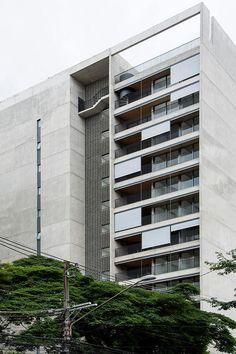 O Huma Klabin vem para quebrar a monotonia da passagem do bairro trazendo um prédio completamente em concreto aparente com poucas unidades por andar e apenas 11 pavimentos. O Projeto de Arquitetura è do Fernando Viegas e Una Arquitetos. Sao 5 unidades por andar sendo quatro aptos de 44 e um 67 metros. (1 e 2 dormitórios)