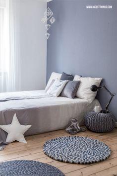 Wunderschönes Schlafzimmer in warmen Grautönen und die Filzteppiche sind total niedlich