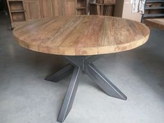 Deze industriële ronde tafel is 120cm groot. Het tafelblad is gemaakt van 5cm massief oud teakhout. Het teakhout is wat geborsteld quastructuur.