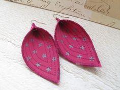 Boucles d oreilles feuille,tissu fuchsia étoiles ,attaches argentées : Boucles d'oreille par felicity-fraise