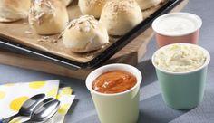 Eine leckere und abwechslungsreiche Beilage – die Quarkbrötchen mit dreierlei Dips aus Kräuterbutter, Joghurt-Chili oder Joghurt-Limette