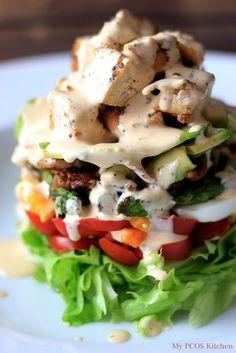 マヨネーズとラー油のスパイシーランチドレッシングと、野菜と肉で彩り豊かに!このコブサラダは糖質6g以下です。このレシピを参考に料理を作れば、必要以上に糖質量をオーバーしてしまうことはありませんし、安心して糖質制限ダイエットを続けることが出来ます!