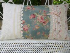 GRAND COUSSIN SHABBY CHIC , IMPRIMES DE ROSES ET DENTELLES ANCIENNES : Textiles et tapis par le-mas-de-scintille