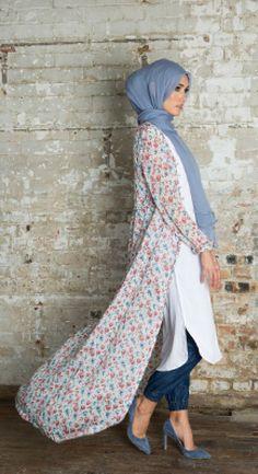 Hijab Fashion 2016/2017: Flower Power Kimono | Aab  Hijab Fashion 2016/2017: Sélection de looks tendances spécial voilées Look Descreption Flower Power Kimono | Aab