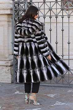 Back Velvet Chinchilla Fur Hooded Coat Chinchilla Fur Coat, Rabbit Fur Coat, Fur Coat Fashion, Under My Skin, White Fur, Mannequin, Mantel, Sexy Women, Photos