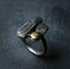 Anello in argento e oro realizzato a mano Misura: Italia: 17 / UK: Q / USA: 8 L'articolo è un pezzo unico non ripetibile.