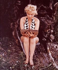 """A reporter once asked Marilyn Monroe """"What do you wear to bed?"""" While smiling she said """"Why I wear CoCo Channel No. 5 """" Enjoy these rare photos of an American treasure. Marilyn Monroe Books, Marilyn Monroe Photos, Celebrities Reading, Vintage Cookbooks, Woman Reading, Musa, Norma Jeane, Old Models, American Actress"""
