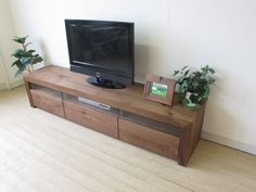 SEVEN TV board BIGJOYオリジナルモデル、 天板・側板、内部にわたりウォールナット無垢材を使用したテレビボード  デザイン性・機能性を兼ね備えたテレビボードです。