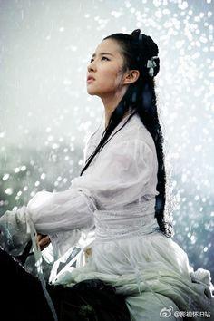 近日,刘亦菲与宋承宪网上公布恋情引发热议,一起看组刘亦菲骑马剧照,绝对仙气十足!