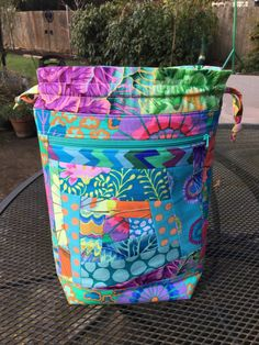 Agilejack's Drawstring Knitting Project Bag Tutorial Quilted Tote Bags, Patchwork Bags, Knitting Projects, Sewing Projects, Craft Projects, Wholesale Fabric Suppliers, Drawstring Bag Tutorials, Drawstring Bags, Thing 1