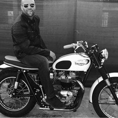 Riders - Jason Statham on a Triumph Bonneville TT - Beau bonhomme Jason Statham, Lorde, British Motorcycles, Triumph Motorcycles, Triumph Scrambler, Estilo Cafe Racer, Biker Boys, Ex Machina, The Expendables