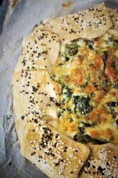 tarta-rustica-cu-spanac-si-rosii-deshidratate Bagel, Quiche, Cooking Recipes, Bread, Breakfast, Food, Dinner Ideas, Pie, Thermomix