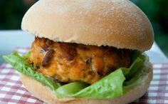 Para modificar o hambúrguer de sempre, invista no salmão