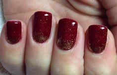 Nail art rossa con spruzzata di glitter oro
