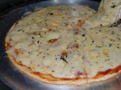 Receita de Pizza de Liquidificador - pizza untada com margarina. Leve ao forno pré-aquecido por cerca de 20 minutos Retire do forno e espalhe o molho de tomate. Cubra com muçarela...