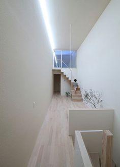 「僅三米寬的現代版長屋」 從建築外觀便可看出這棟長屋非常的狹窄。為解決此問題,建築師重新架構空間的安排、重疊利用空間、使其分配平均,並順利引進自然光。透過設計,解決原先不佳的土地條件。 Katsutoshi Sasaki + Associates  http://www.sasaki-as.com/